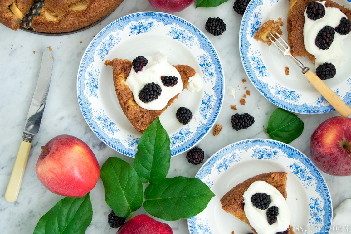 Appel kaneelcake met lobbige room en bramen