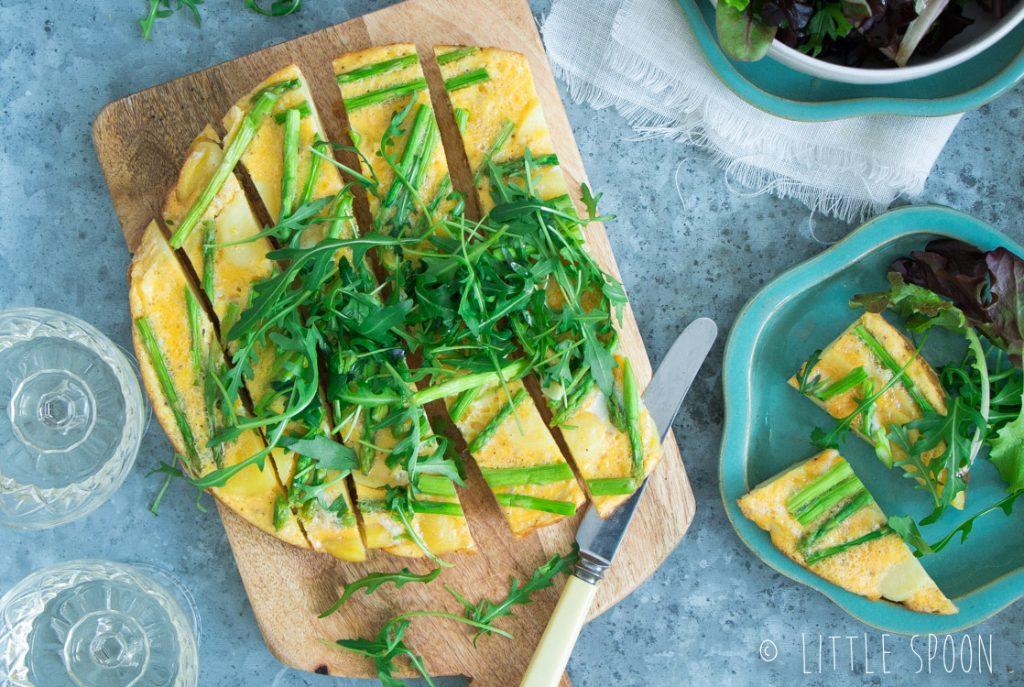 Frisse frittata met citroen, groene aspergetips, aardappel en kruiden salade