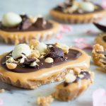 Gezouten karameltaartjes met chocolade en paaseitjes