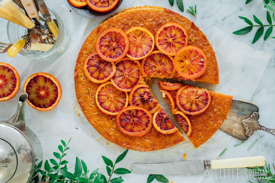 Bloedsinaasappelcake met rozemarijn