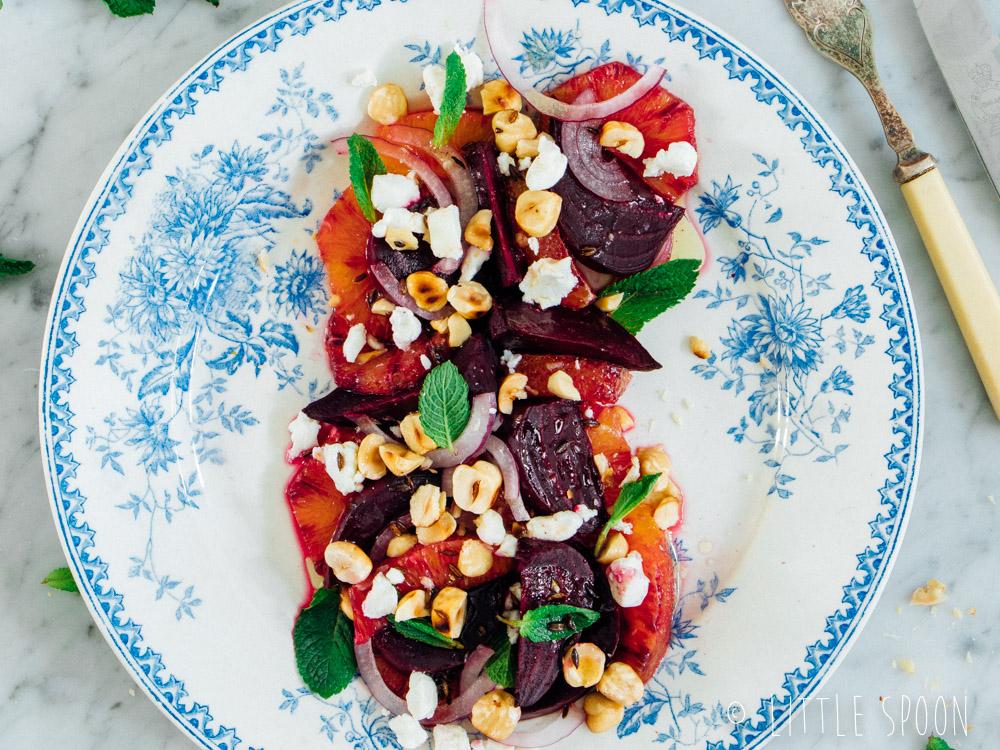 Salade met gerookte bietjes, bloedsinaasappel, geitenkaas en geroosterde hazelnoten