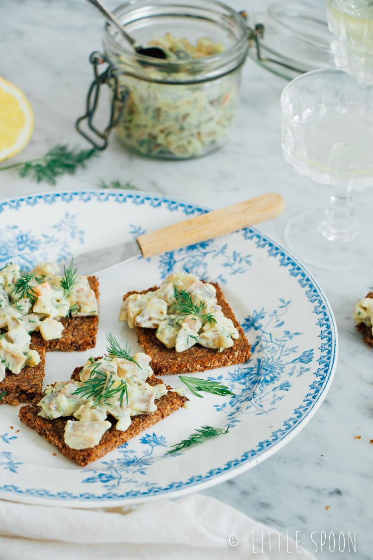 Haringtartaar met piccalilly op toast van roggebrood
