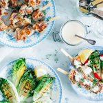 Kippendijspiesjes van de barbecue met gegrilde little gem en zelfgemaakte aioli