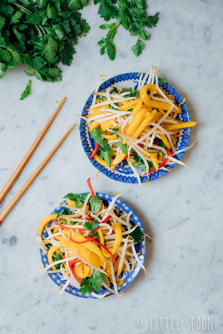 Spiesjes van buikspek met frisse mangosalade