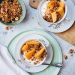 Gepocheerde kweeperen met salty crumble en Griekse yoghurt
