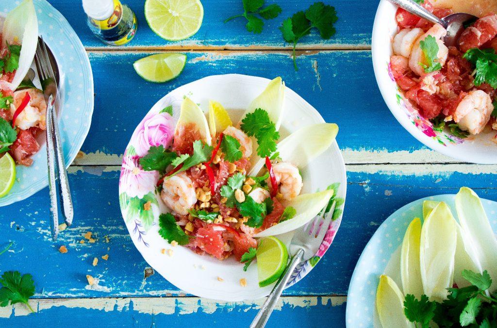 Thaise witlofsalade met grapefruit, garnalen, kokos en koriander