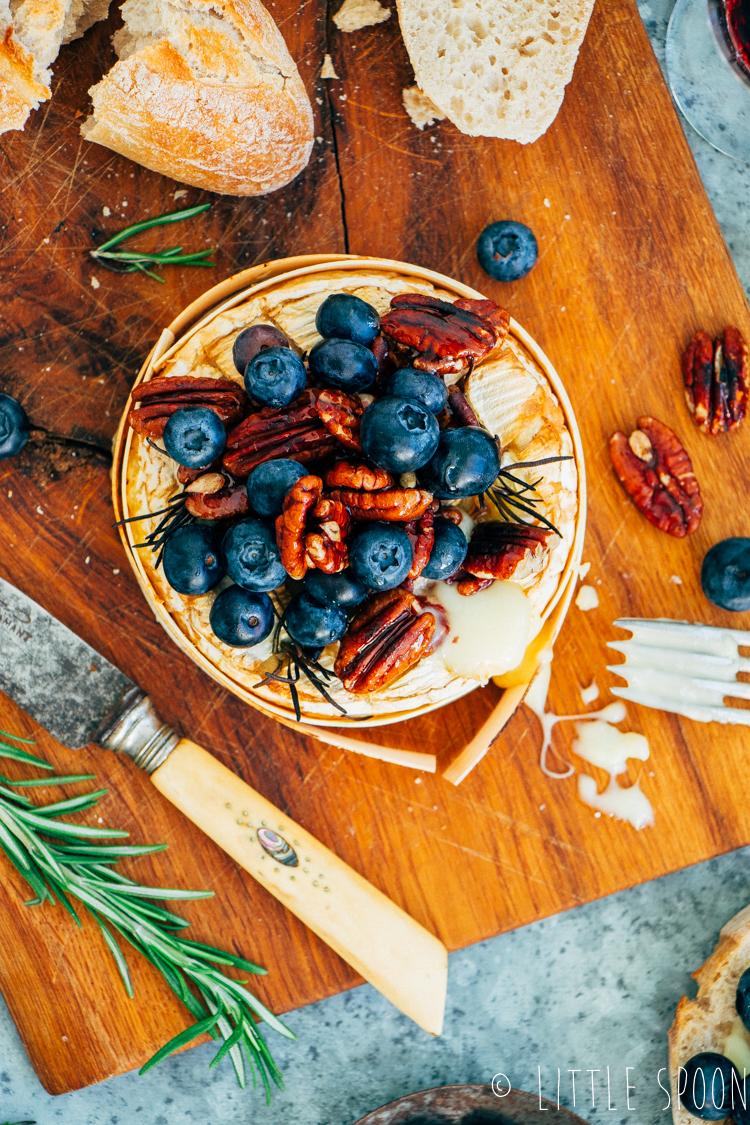 Gebakken camembert uit de oven met blauwe bessen, honingnoten en rozemarijn