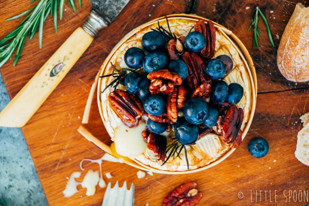 Gebakken camembert uit de oven met blauwe bessen, honing en rozemarijn
