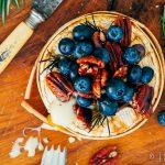Gebakken camembert met blauwe bessen, honingnoten en rozemarijn