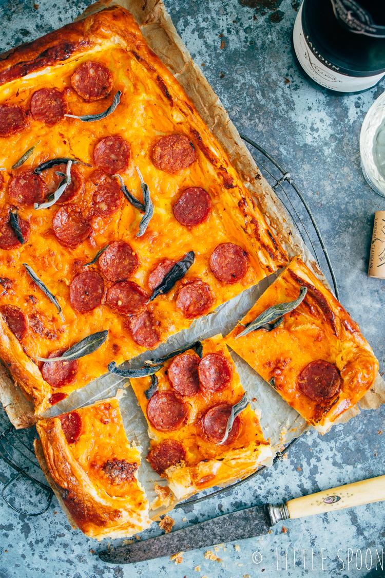 Plaattaart met pittige salami, taleggio en pompoen