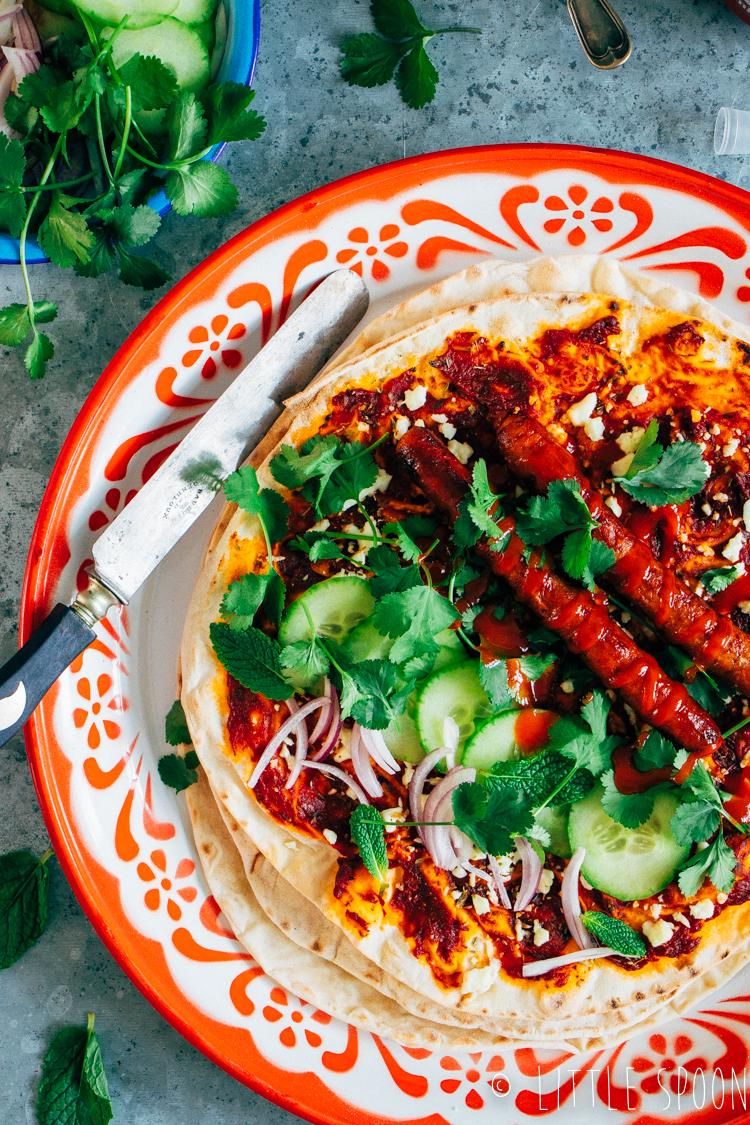 Turkse pizza met merguez worstjes, feta en salade