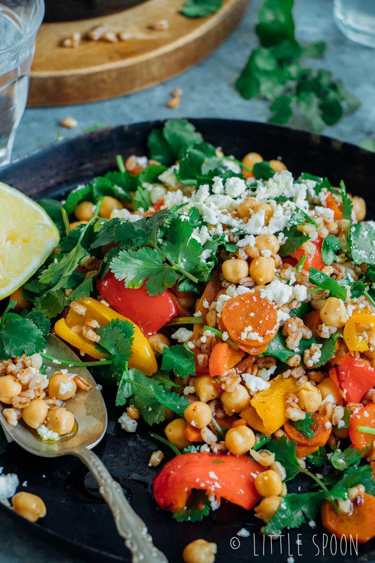 Salade met spelt, geroosterde groente uit de oven, kikkererwten, koriander en feta