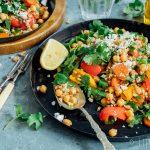 Makkelijke meeneemlunch // Salade met spelt, geroosterde groente uit de oven, kikkererwten, koriander en feta