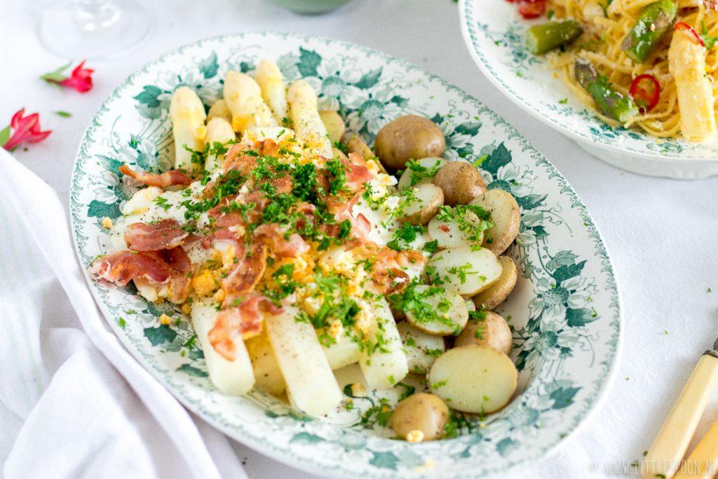 Witte asperges met roombotersaus, krokant gebakken spek, eitjes en krieltjes in de schil