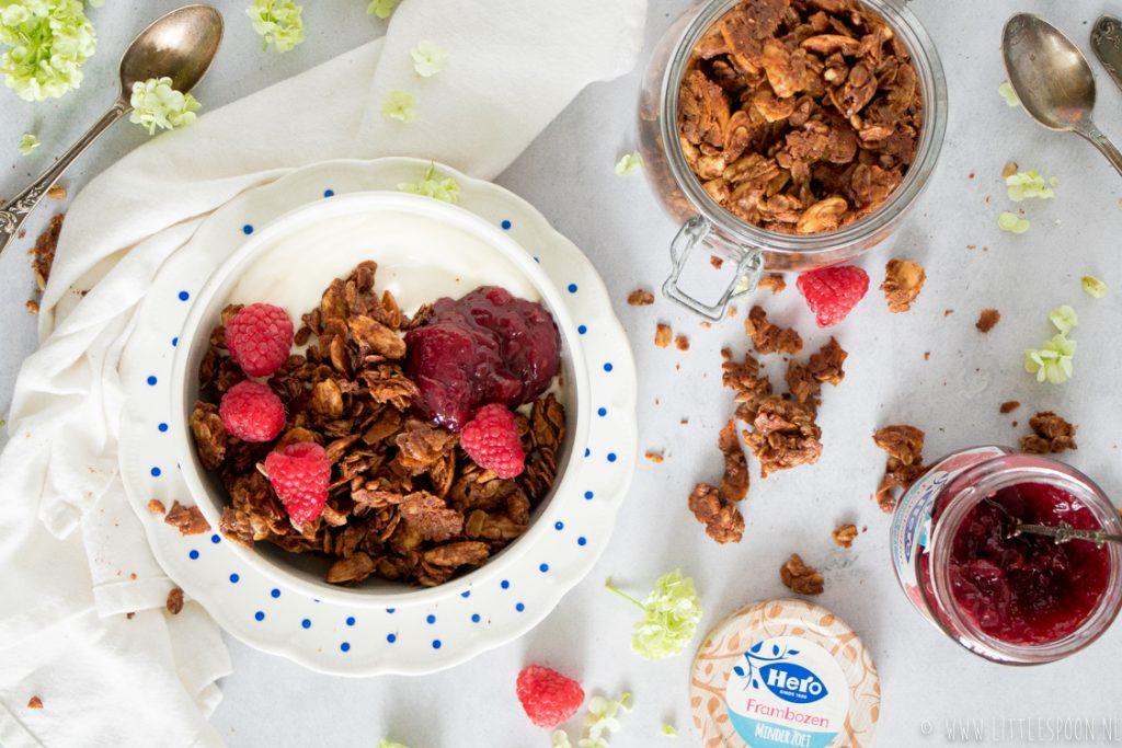 Chunky kaneelgranola met kokosflakes, Hero Frambozen minder zoet en Griekse yoghurt