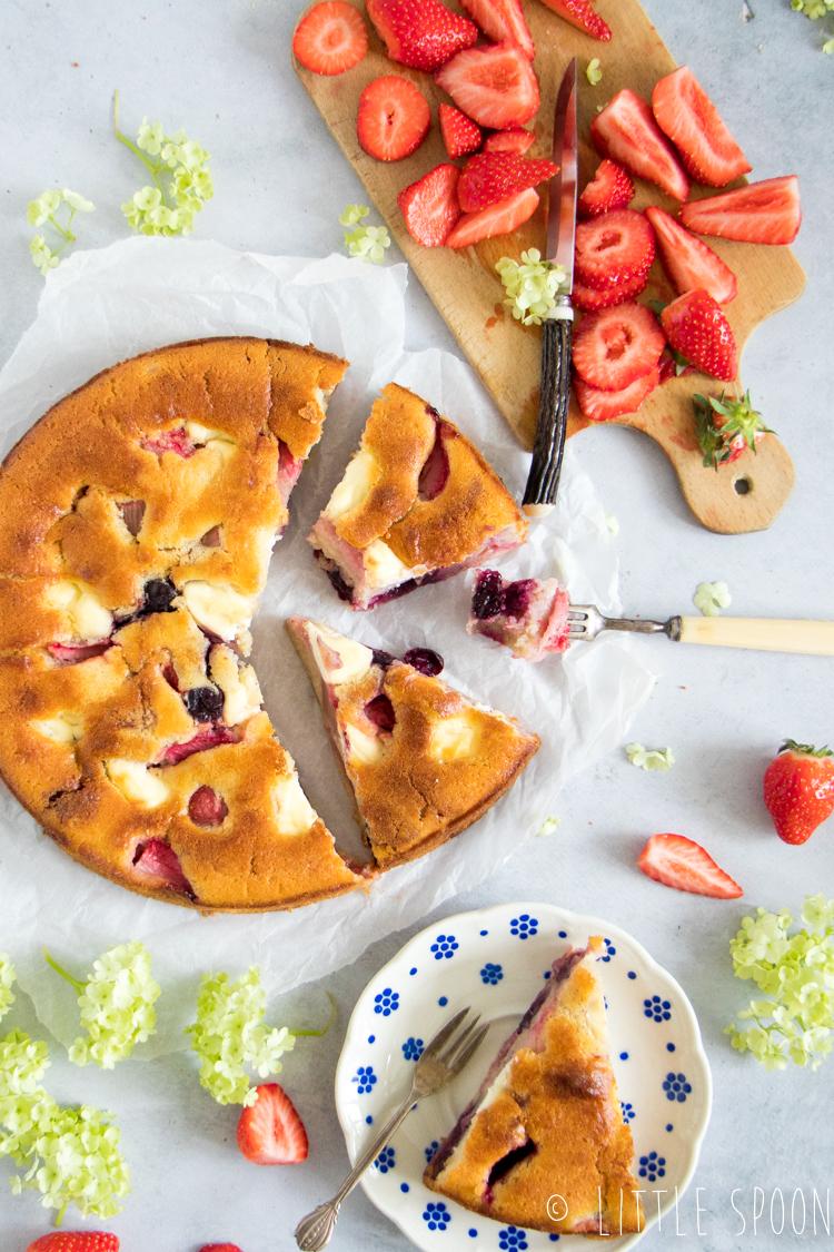 Zomerse cake met rabarber, aardbeien en kersen