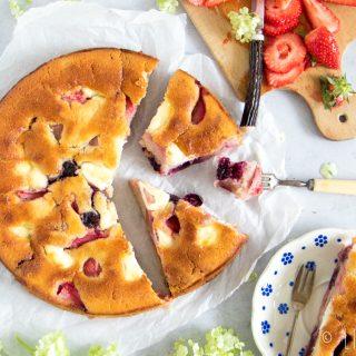 Zomerse cake met aardbeien, kersen, rabarber en mascarpone